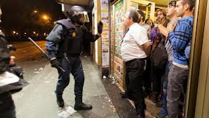 Enfrentamiento con la Policía al acoger a manifestantes en su local con motivo del 25-S de 2012