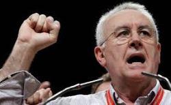 Cayo Lara, se declara democrata siendo comunista y utilizando el saludo que simboliza el mayor sufrimiento del s.XX